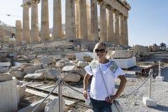 Turista fêmea na acrópole fotos de stock