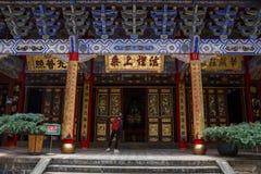 Turista fêmea no templo budista chinês tradicional na cidade de Kunming imagens de stock