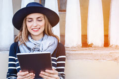 Turista fêmea novo atrativo que conversa com os colegas que falam sobre sua aventura no exterior ao estar na arquitetura da cidad Foto de Stock Royalty Free