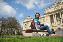Turista fêmea novo com mapa e câmera fotografia de stock
