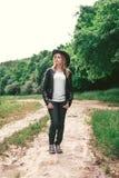 Turista fêmea novo com uma trouxa cor-de-rosa e um chapéu de couro do estilo do vaqueiro que olham a distância Retrato Conceito d fotos de stock