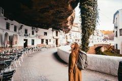 Turista fêmea novo em uma vila rochosa pequena de spain fotos de stock