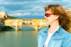 Turista fêmea novo no fundo do Ponte Vecchio em F Imagens de Stock