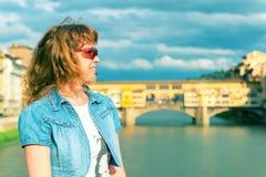 Turista fêmea novo no fundo do Ponte Vecchio em F Imagens de Stock Royalty Free