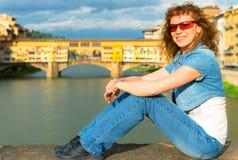 Turista fêmea novo no fundo do Ponte Vecchio em F Fotografia de Stock
