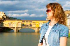 Turista fêmea novo no fundo do Ponte Vecchio em F Imagem de Stock