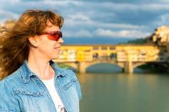 Turista fêmea novo no fundo do Ponte Vecchio em F Fotos de Stock