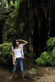 Turista fêmea perdido na selva foto de stock