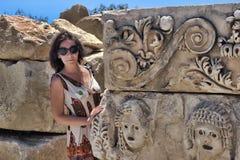 Turista fêmea perto das ruínas de construções antigas Imagem de Stock Royalty Free