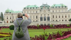 Turista fêmea que dispara no Belvedere devista da atração de Viena vídeos de arquivo