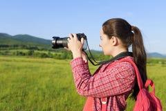 Turista fêmea que fotografa na câmera fotografia de stock royalty free