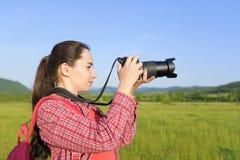 Turista fêmea que fotografa na câmera imagem de stock