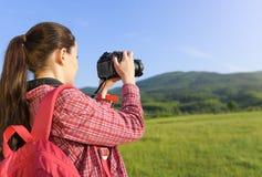 Turista fêmea que fotografa na câmera imagens de stock