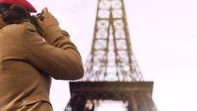 Turista fêmea que fotografa a torre Eiffel, passando férias em Paris, curso fotografia de stock royalty free