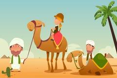 Turista fêmea que monta um camelo no deserto Foto de Stock Royalty Free