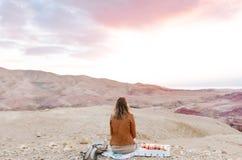 Turista fêmea que olha uma paisagem de nivelamento bonita no deserto de Jordânia fotos de stock