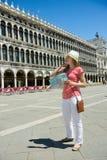 Turista felice al quadrato di San Marco a Venezia Fotografia Stock