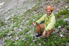 Turista felice del viaggiatore con zaino e sacco a pelo nelle montagne. Immagine Stock