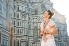 Turista felice della donna che fa un giro turistico a Firenze, Italia Fotografia Stock