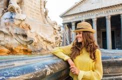 Turista felice della donna che fa una pausa la fontana del panteon a Roma Immagine Stock