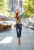 Turista felice della donna vicino a Sagrada Familia che ha giro di camminata Immagine Stock Libera da Diritti