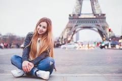 Turista felice della giovane donna a Parigi fotografie stock libere da diritti