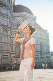 Turista feliz de la mujer con el mapa que hace turismo en Florencia, Italia Foto de archivo libre de regalías