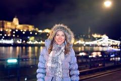 Turista feliz de la mujer en el invierno de Budapest imagen de archivo