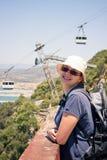 Turista feliz de la mujer en la roca de Gibraltar Foto de archivo libre de regalías