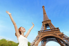 Turista feliz de la mujer en París Foto de archivo libre de regalías