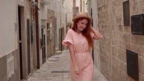 Turista feliz de la mujer joven que camina a través de las calles de la ciudad europea vieja, cámara lenta almacen de metraje de vídeo