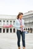 Turista feliz de la mujer que mira abajo mientras que camina en marcas del St Imágenes de archivo libres de regalías