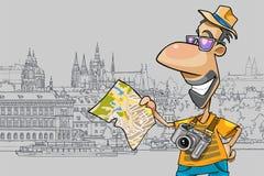 Turista feliz dos desenhos animados que olha o mapa no fundo da cidade velha Imagem de Stock