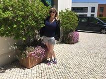 Turista feliz em Oeiras, Portugal imagem de stock