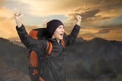 Turista feliz en el fondo de la puesta del sol de la montaña Fotos de archivo libres de regalías