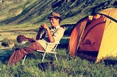 Turista feliz no acampamento imagens de stock royalty free