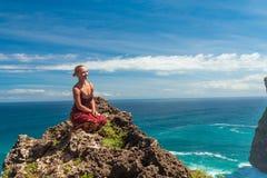 Turista feliz perto de Uluwatu Fotos de Stock Royalty Free