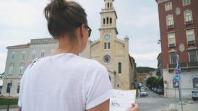 Turista femenino almacen de metraje de vídeo