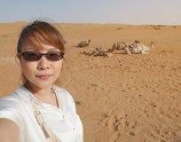 Turista femenino asiático que toma el selfie en el desierto de Wahiba en Omán con Imagenes de archivo