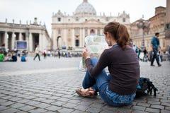 Turista femenino bastante joven que estudia una correspondencia Imagen de archivo libre de regalías