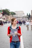 Turista femenino bastante joven que sostiene una correspondencia Foto de archivo libre de regalías