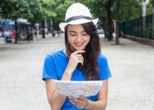 Turista femenino caucásico con el mapa que busca la manera correcta Imágenes de archivo libres de regalías