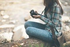 Turista femenino con la cámara digital Imagen de archivo