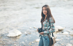 Turista femenino con la cámara digital Fotos de archivo