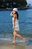 Turista femenino de la muchacha de Asia que juega en la playa Fotos de archivo