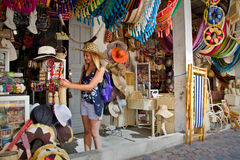 Turista femenino feliz no identificado en una artesanía Imagen de archivo