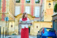 Turista femenino hermoso joven con el mapa en París Fotografía de archivo libre de regalías