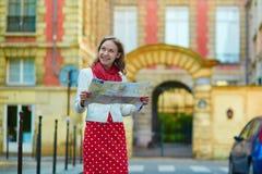 Turista femenino hermoso joven con el mapa en París Imagen de archivo libre de regalías