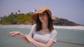 Turista femenino joven hermoso feliz que goza sorprendiendo viaje exótico del barco de la travesía del mar de vacaciones en un dí almacen de video
