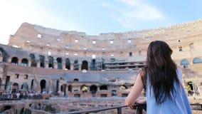 Turista femenino joven que mira el Colosseum dentro en Roma, Italia El Colosseum es las atracciones turísticas principales de almacen de metraje de vídeo